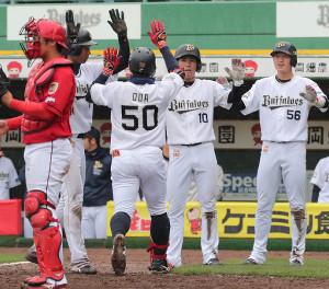 8回1死満塁、右越えに満塁本塁打を放った小田(50)を迎える(右から)武田、大城、1人おいて宗(捕手・坂倉、カメラ・豊田 秀一)