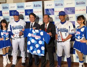 新商品発売イベントに参加したDeNA山崎(左から2人目)と桑原(右から2人目)