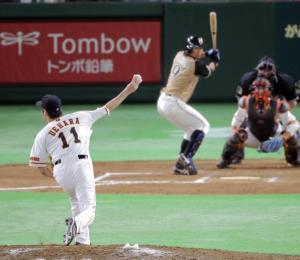 7回無死、この回からマウンドへ上がった上原は打者・中島と対戦(カメラ・泉 貫太)