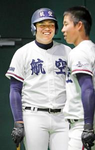練習で笑顔を見せる日本航空石川・上田(左)