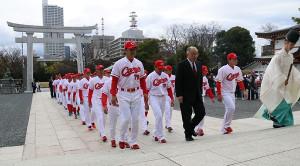 必勝祈願に訪れた緒方孝市監督(最前列左)ら広島ナイン