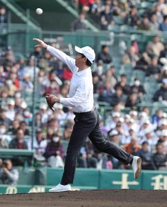 始球式をする鈴木大地スポーツ庁長官