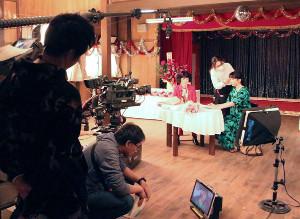 3月14日午後9時半頃、ドラマの撮影に臨む永野芽郁(奥右)と余貴美子(同左)。この日、永野の出演シーンの撮影は計約9時間に及んだ