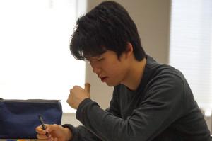 第2ラウンドで問題に取り組む藤井聡太六段