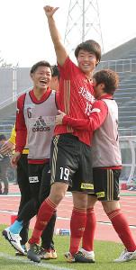 今季初ゴールを決め、笑顔でサポーターの歓声に応える金沢・垣田