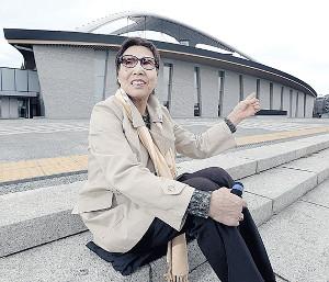 駒沢屋内球技場の前で当時を懐かしむ千葉勝美さん