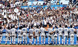 2016年夏の神奈川大会で決勝進出を決めた慶応ナインと、熱狂するスタンドの生徒たち
