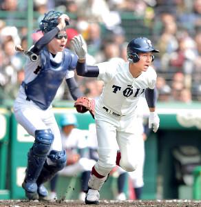 2回1死一塁、右越えに二塁打を放つ大阪桐蔭・藤原(左は伊万里・梶山捕手=カメラ・石田 順平)