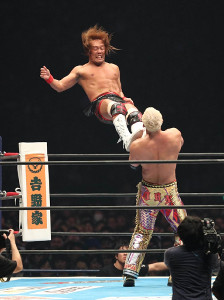 今年1月4日の新日本プロレス東京ドーム大会で激闘を展開した内藤哲也(左)とオカダ・カズチカ