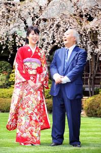 満開の桜の咲く庭園で談笑する里見香奈・女流名人(左)と加藤一二三九段
