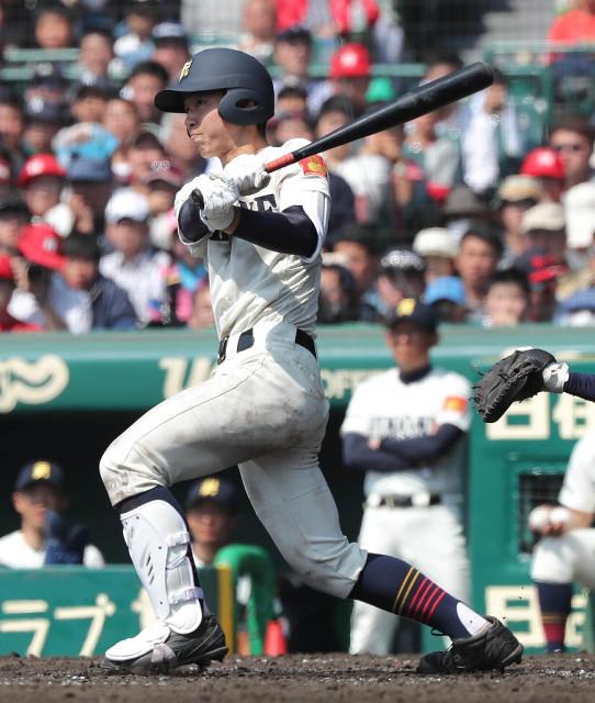 8回2死一、三塁、逆転の左越え3ランを放つ彦根東・高内(カメラ・義村 治子)