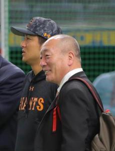 巨人・高橋監督(左)を取材する高木豊氏