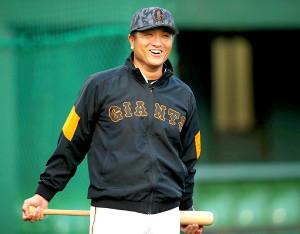 笑顔で練習を見つめる高橋監督