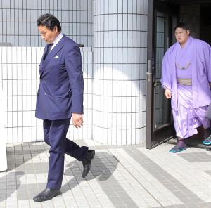 理事会の聴取後、国技館を後にする貴乃花親方(左)と貴公俊
