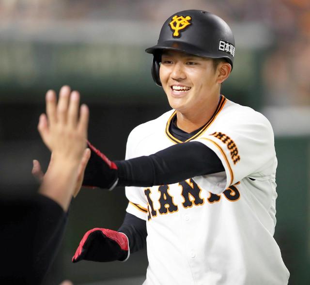 7回2死一、二塁、陽の中前適時打で生還した田中俊