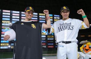 試合に勝利し、お立ち台でガッツポーズする千賀(左)と柳田