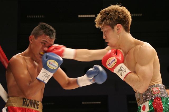 3回、バルドナドに右ストレートをヒットさせる田中恒成(右、カメラ・田村 龍一)