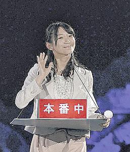 アナウンサーの夢をかなえた小林茉里奈さん。12年のAKBじゃんけん大会でも、アナウンサー風の衣装で登場していた