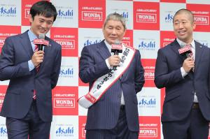 新CM発表会に登場した(左から)劇団ひとり、ビートたけし、ハライチ・澤部佑(カメラ・小泉 洋樹)