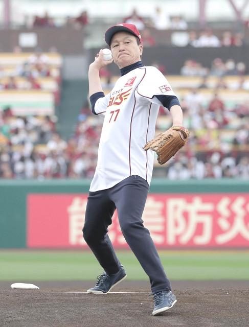 始球式を行った歌手の小田和正(カメラ・関口 俊明)