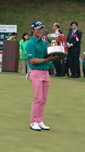 男子ゴルフの千葉オープン 優勝した石川遼(カメラ・岩崎 敦)