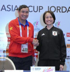 アジア杯の公式会見に出席し、初戦で対戦するベトナムの監督と握手を交わすなでしこジャパンの高倉麻子監督(右)