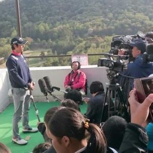 岐阜オープンクラシックで好スタートを切り、地元メディア、ファンに囲まれた石川