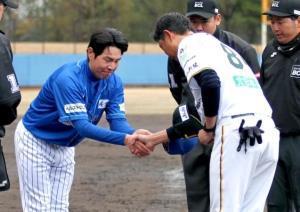 試合前に握手を交わす石川・武田監督(左)と富山・伊藤監督