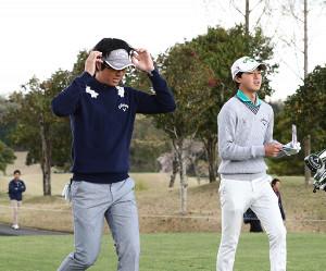 弟の石川航(右)と練習ラウンドを行った石川遼