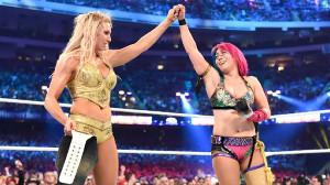 健闘をたたえ合うシャーロット(左)とアスカ(C)2018 WWE, Inc. All Rights Reserved.