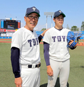 公式戦初白星の東洋大・杉本監督(左)はリーグ戦初勝利の上茶谷をたたえる