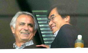 15年3月、Jリーグを視察したハリルホジッチ監督(左)は、霜田技術委員長(当時)と談笑する