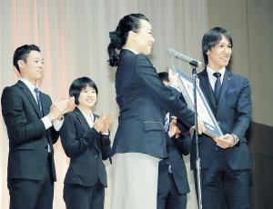 ギネス世界記録の表彰を受ける葛西(左から小林陵、伊藤有)