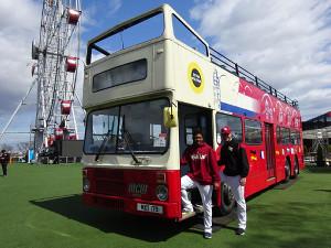 楽天生命パークに登場したロンドンバスの前でポーズをとるオコエ(左)とハーマン