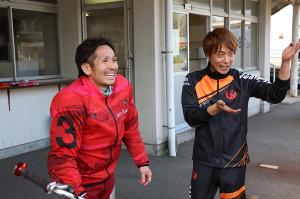 9Rで一気の速攻を決めた前田淳(左)は、弟分の稲原良太郎の出迎えに笑顔で応じた