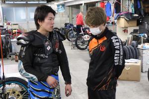 8Rを快勝した鈴木圭一郎(左)。レースが終わると同じ32期生の長田恭徳に状態を報告していた