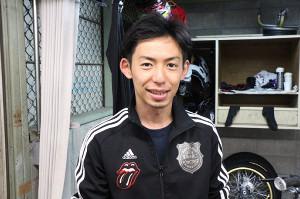 さわやかにカメラに収まる君和田裕二。愛車の名前はVイロオトコ号です