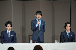 会見する関ジャニ∞の渋谷すばる(左は大倉忠義、右は錦戸亮)