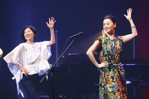 親友の遊佐未森(左)のコンサートに駆けつけた檀れい