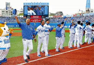 8連勝しファンの声援に応えるラミレス監督(左端)らDeNAナイン(カメラ・能登谷博明)