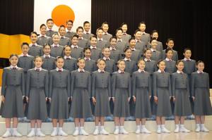 笑顔で入学式の記念写真におさまる宝塚音楽学校第106期生