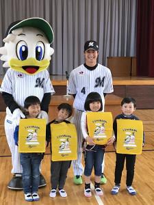 ロッテ・藤岡裕は千葉市立真砂東小を訪問し、児童にランドセルカバーを贈呈した