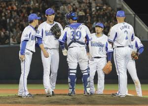 6回2死、岡本に左前安打を浴びた後、降板した飯塚(左から2人目)