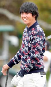 練習中に笑顔を見せる石川