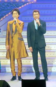 「長良グループ夜桜演歌まつり」に出演した氷川きよし(左)、山川豊