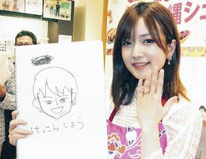 自身が描いた夫の似顔絵を手に結婚指輪を披露した須藤凜々花