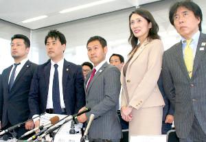 調停を申し立て、会見した高山(左から2人目、右から中出トレーナー、名古屋産大・高木学長、1人おいて岡筋主任弁護士=カメラ・田村 龍一)