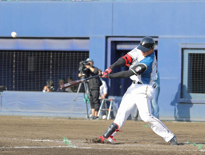 7回1死一、三塁、右越えにこの試合2本目となる3点本塁打を放つ清宮幸太郎(カメラ・泉 貫太)
