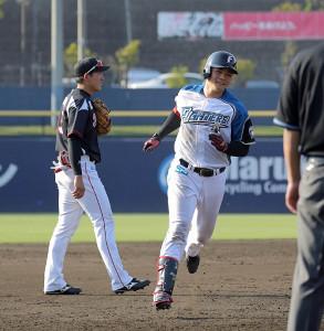7回1死一、三塁、右越えにこの試合2本目となる3ランを放った清宮幸太郎(カメラ・泉 貫太)