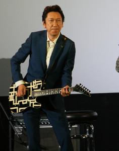 ギター演奏を披露した布袋寅泰